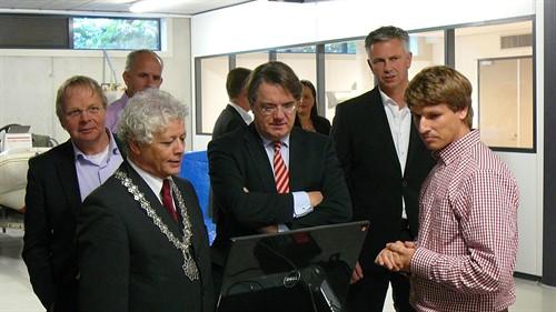 commissaris-van-de-koning-met-benw-oirschot-bij-ingenieursbureau-coenrdie-jw-vertelt-over-meetwerk-in-kelder-van-gtc_500x281